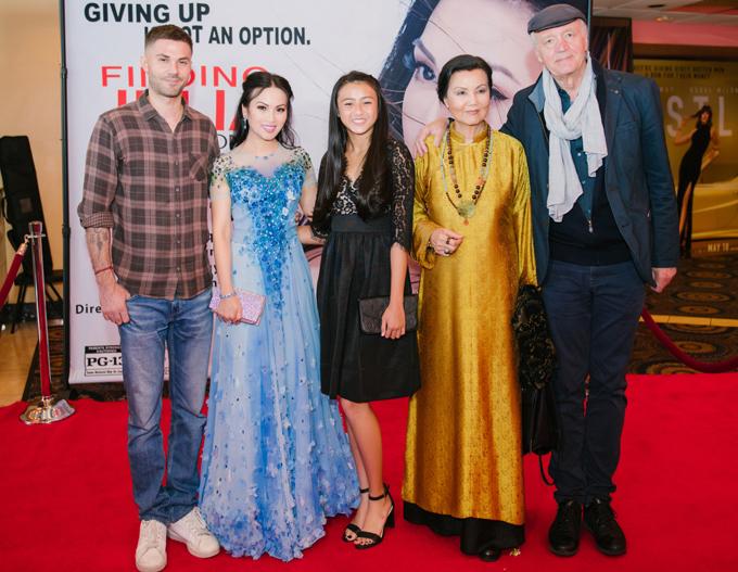 Dàn diễn viên của phim Finding Julia trên thảm đỏ buổi sự kiện điện ảnh tổ chức hôm 19/4 ở Mỹ.