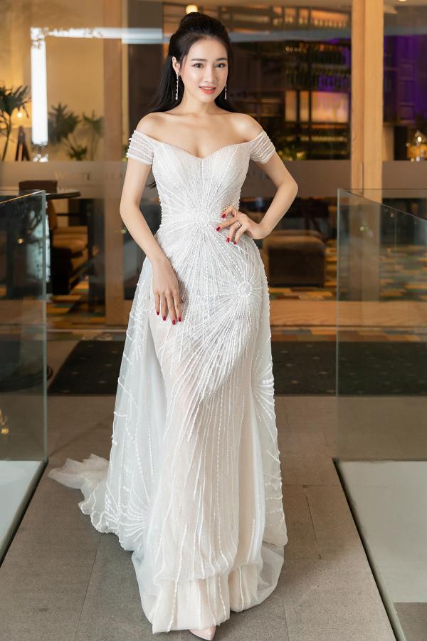 Diễn viên Nhã Phương hút ánh nhìn khi chọn tác phẩm đính kết công phu của NTK Lê Thanh Hòa.