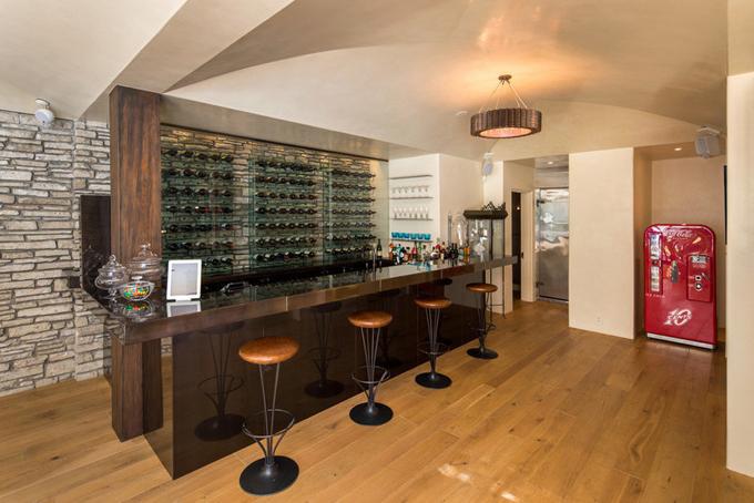 [Captiophòng uống rượu với sàn gỗ được lấy từ một lâu đài Pháp 200 năm tuổi.