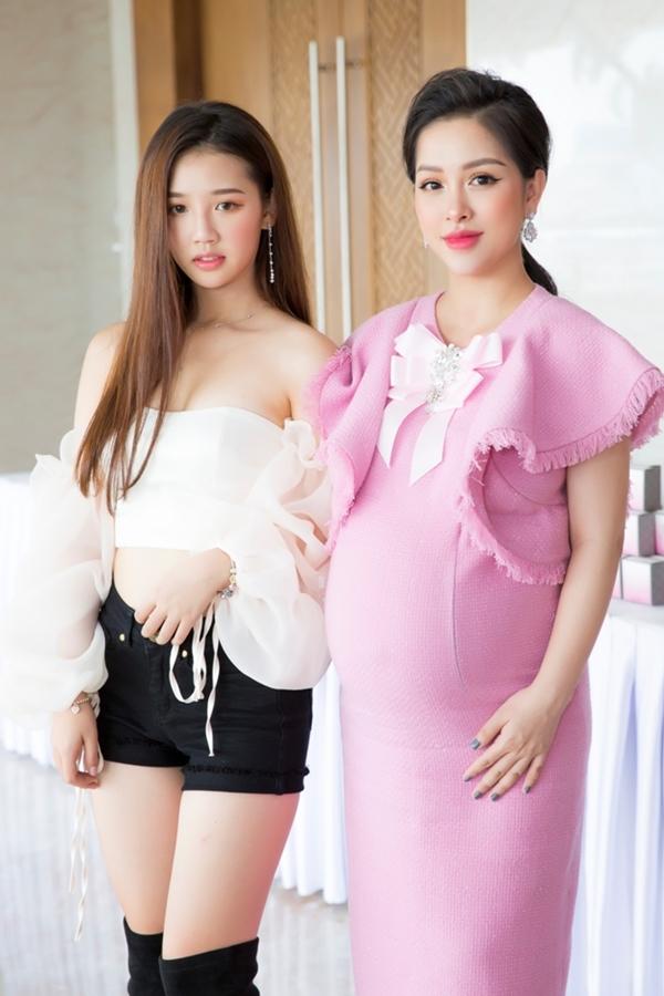Trang Pilla thay một chiếc váy có gam màu trẻ trung hơn để đón tiếp các khách mời.
