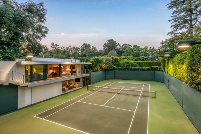 Sân tennis được doanh nhân Brooks xây dựng thêm sau khi mua lại ngôi nhà từ Brad Pitt và Jennifer Aniston.