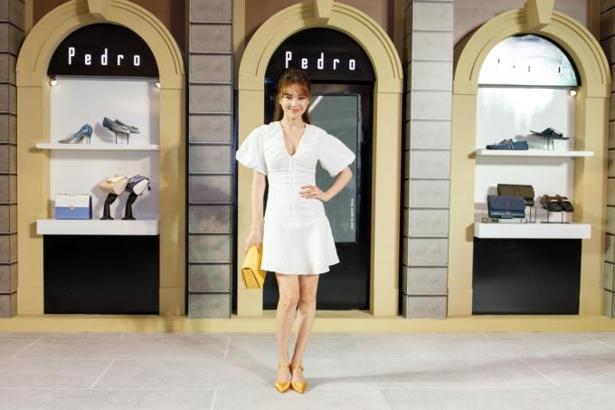Kết hợp trang phục cùng túi xách và giày mũi nhọn màu vàng rực rỡ càng làm nổi bật vẻ đẹp