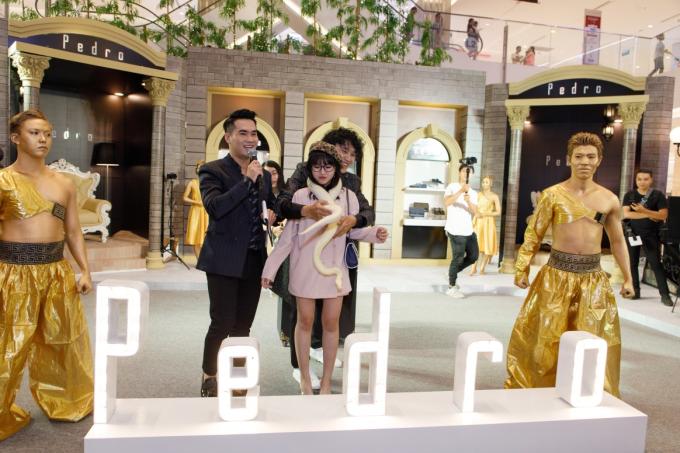 Sự kiện giới thiệu BST xuân hè 2019 là dịp để thương hiệu chiêu đãi người hâm mộ tại Việt Nam bữa tiệc thời trang hoành tráng cũng như là các hoạt động đường phố hết sức thú vị và hào hứng.