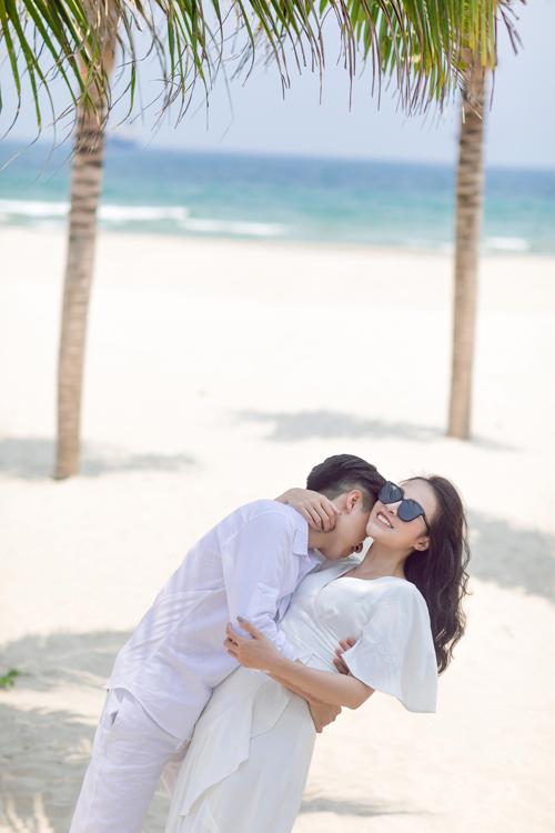 Ngoài bức ảnh ở công viên Châu Á, uyên ương còn chụp hình ở bãi Đa Sơn Trà và bãi biển Phạm Văn Đồng.