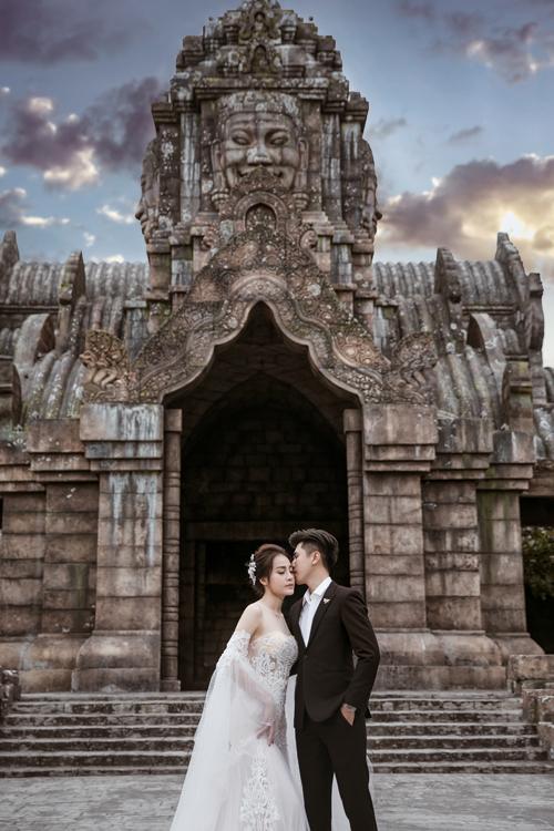 Trong trường hợp cô dâu bị nheo mắt, nhiếp ảnh gia Duy Linh sẽ khuyến khích tân nươngngồi nghỉkhoảng 5-10 phút để mắt trở lại trạng thái cân bằng. Sau đó, tôi sẽ cho uyên ương diễn cảnh hôn nhau, ánh mắt nhìn xuống, tránh trạng thái nheo mắt vì nắng chói, anh bổ sung.