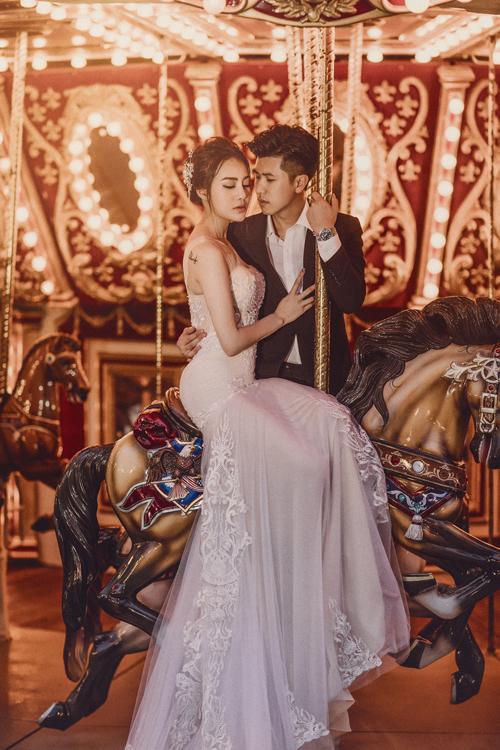 Vòng quay ngựa gỗ ở công viên Châu Á là nơi mà uyên ương lựa chọn chụp hình cưới. Dù