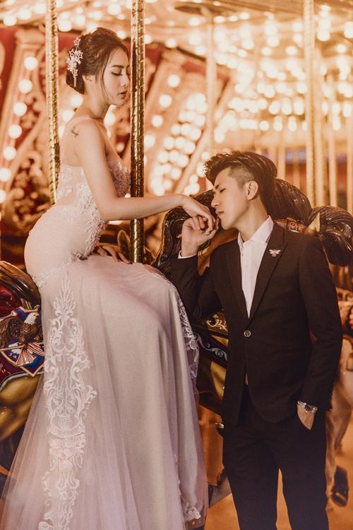 Lời khuyên mà Thanh Bình dành cho các cặp sắp chụp ảnh cưới là nên có người thân đi cùng để hỗ trợ. May mắn là mẹ chồng tương lai luôn theo sát để chăm lo cho chúng tôi. Mẹ chuẩn bị sẵn mọi thứ giúp chúng tôi tiến hành buổi chụp thuận lợi, cô dâu bật mí.