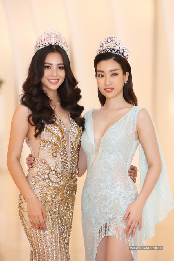 Tiểu Vy (trái) và Mỹ Linh đọ dáng gợi cảm bên nhau. Cả hai cũng là đại sứ cuộc thi, đồng hành các hoạt động tuyển sinh và vòng thi quan trọng.