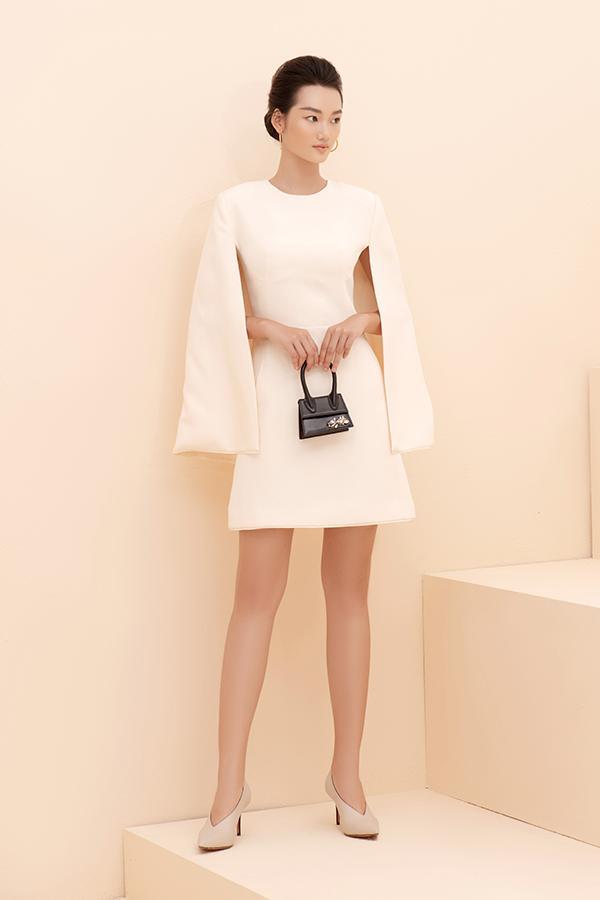 Váy ngắn liền thân trở nên ấn tượng hơn với phom dáng lấy cảm hứng từ áo trùm vai và được biến tấu phần tay xẻ tà.