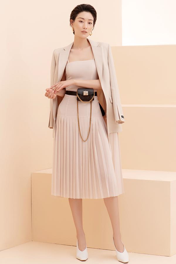 Vest, balzer, váy cape biến thể theo đúng tinh thần sang trọng và thanh lịch là điểm nhấn ở bộ sưu tập này.
