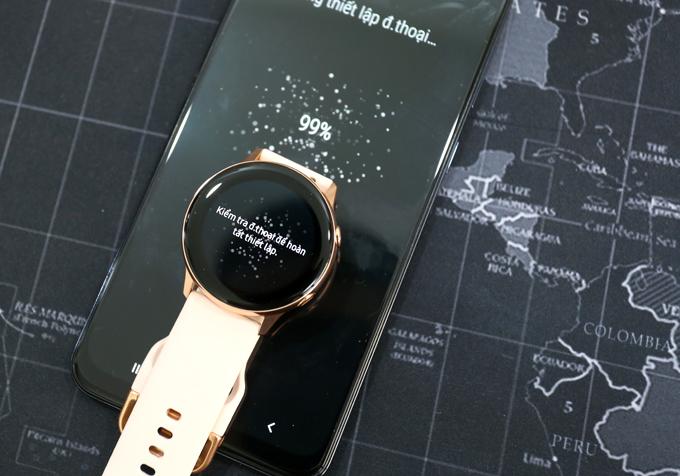 Galaxy Watch Active chạy trên hệ điều hành Tizen của Samsung. Vì thế, nó có thể ghép nối với bất kỳ điện thoại Android hoặc thậm chí iPhone nào thông qua ứng dụng Samsung Wear và Samsung Health.