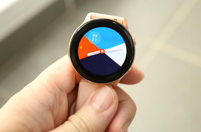 Galaxy Watch Active sở hữu màn hình Amoled 1,1 inchđộ phân giải 360 x 360 pixel. Thiết bị đi kèm với cảm biến nhịp tim quang học, GPS tích hợp, chip NFC cho Samsung Pay, chống nước 5ATM.Đồng hồ thông minh Samsung có độ bền tiêu chuẩnquân sự MIL-STD-810G. Galaxy Watch Active cũng hỗ trợ Bluetooth 4.2 và Wi-Fi, mặc dù không có tùy chọn LTE.Đồng hồ không có viền xoay của dòng Gear S và Galaxy Watch trước nó, do đó, bất kỳ tương tác nào với thiết bị đều được tương tác thông qua màn hình cảm ứng và các nút gắn bên cạnh.