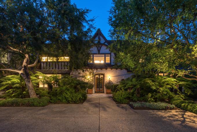 Ngôi nhà mà Brad Pitt và vợ cũ Jennifer Aniston đang được rao bán với giá 56 triệu USD. Trước khi ly hôn, 2 ngôi sao Hollywood đã sống ở đây 2 năm.