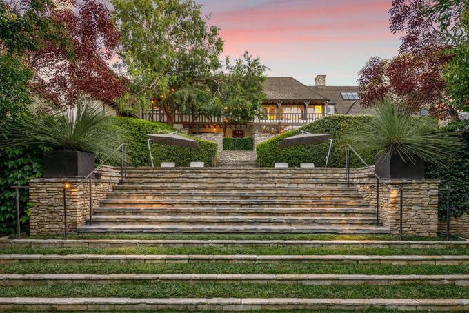 Căn biệt thự đang được rao bán với mức giá cao ngất ngưỡng nhưng được đánh giá là phù hợp nếu so sánh với bất động sản ở khu vực này. Theo Wall Street Journal, một ngôi nhà gần đó từng thuộc về nam diễn viên kỳ cựuDanny DeVito mới được bán với giá 66 triệu USD.