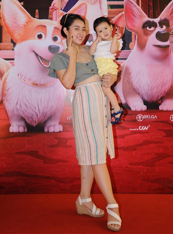 Tại Hà Nội ca sĩ Bảo Trâm cũng cho con gái đi xem phim về những chú chó đáng yêu.