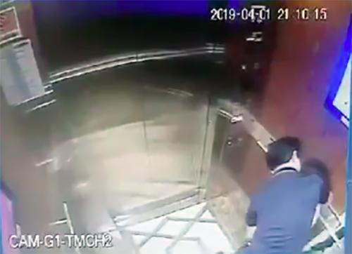 Camera trong thang máy ghi lại được cảnh ông Linh ghì chặt ôm, hôn bé gái hôm 1/4. Ảnh chụp màn hình camera.