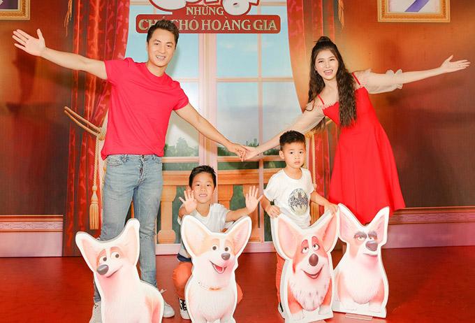 Vợ chồng Đăng Khôi đi xem phim cùng hai con trai.