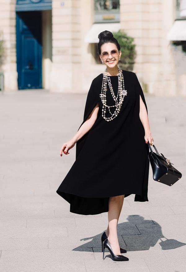 Trong chuyến đi Pháp mới đây, Diễm My đầu tư hàng tỷ đồng để tậu 7 chiếc túi cao cấp. Nữ hoàng ảnh lịch tranh thủ thực hiện bộ hình street style tại kinh đô ánh sáng Paris, kết hợp loạt sản phẩm hàng hiệu vừa mua cùng váy áo bay bổng của Đỗ Mạnh Cường. Trong nhiều năm qua, chị đã sắm hơn 1.000 thiết kế của nhà tạo mốt 8X bởi yêu thích phong cách tối giản, thanh lịch.
