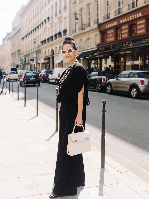 Áo phom rộng phối kèm quần ống suông giúp Diễm My tôn lên chiều cao lý tưởng. Chị khéo chọn phụ kiện mang màu sắc tương phản, gồm kính Celine, túi Delvaux đắt giá.