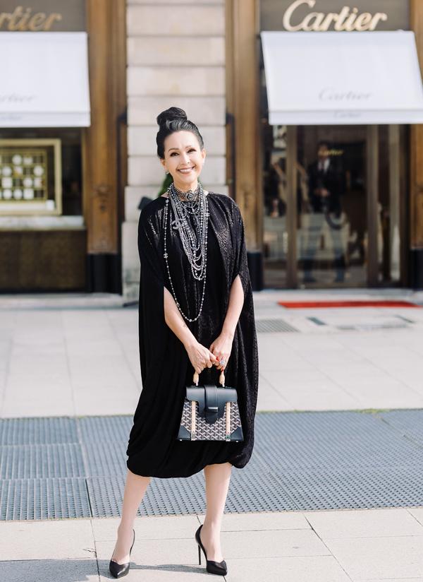 Với thiết kế túi của thương hiệu Pháp thành lập năm 1853, Diễm My còn sắm phiên bản màu đen sang trọng.