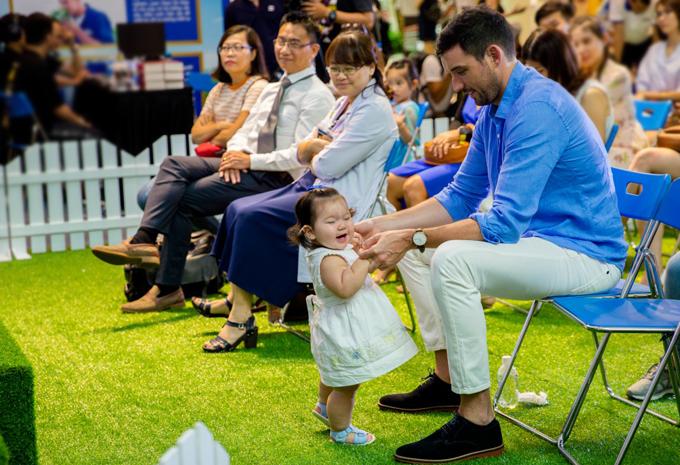 Myla cười tít mắt khi cùng bố chơi đùa trong sự kiện.