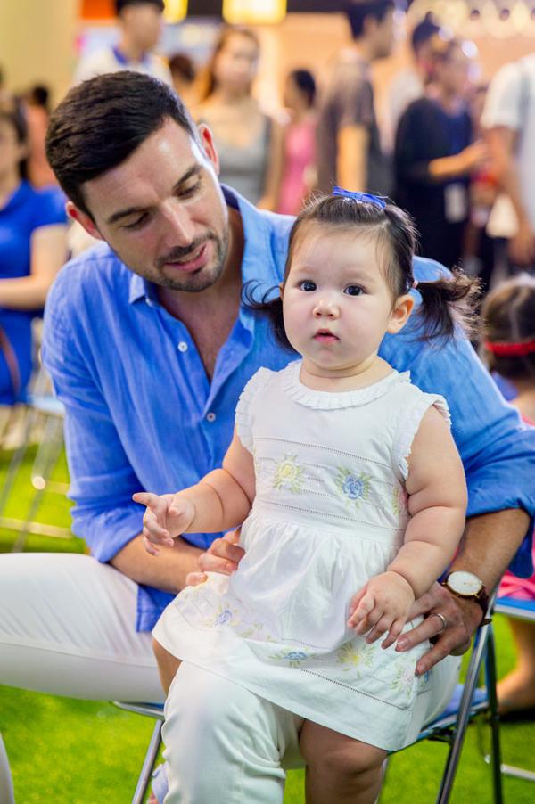 Trong lúc Hà Anh lên sân khấu giao lưu với khán giả, bé Myla ngoan ngoãn ngồi trong lòng bố.