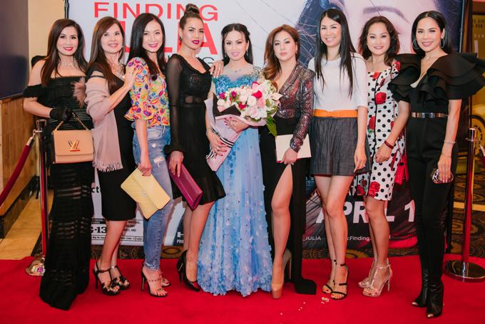 Các đồng nghiệpngười Việt ở Mỹ đến chúc mừng Hà Phương.