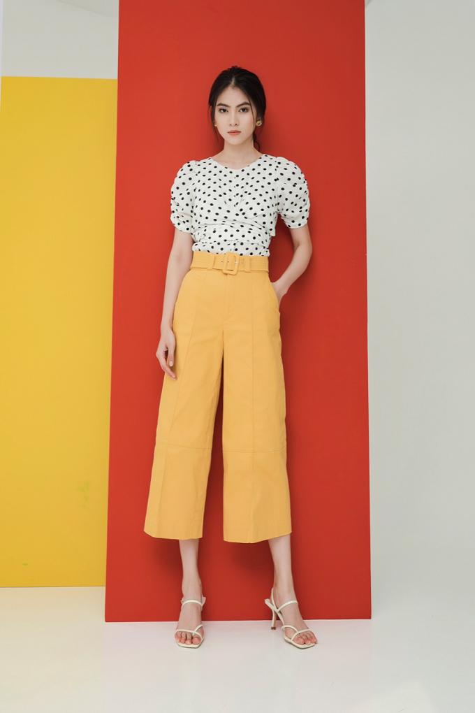 Áo croptop chấm bi kết hợp cùng quần suông vàng gợi mởhình ảnh thời trang phong cách retro của nàng yêu thích vẻ đẹp cổ điển.