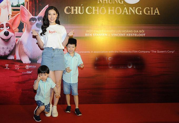 Hoa hậu Áo dài Phí Thùy Linh hiếm hoi xuất hiện cùng hai con.