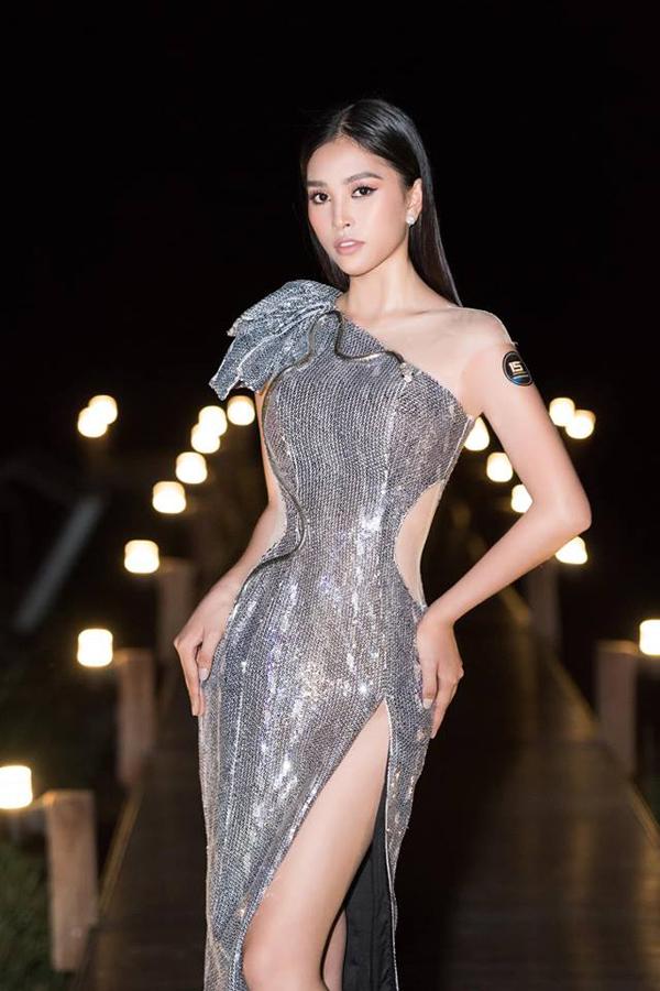 Váy lấp lánh được nhà mốt Việt thêm các chi tiết cut-out, chiết eo nhằm làm nổi bật thân hình đồng hồ cát của Hoa hậu VN 2018.
