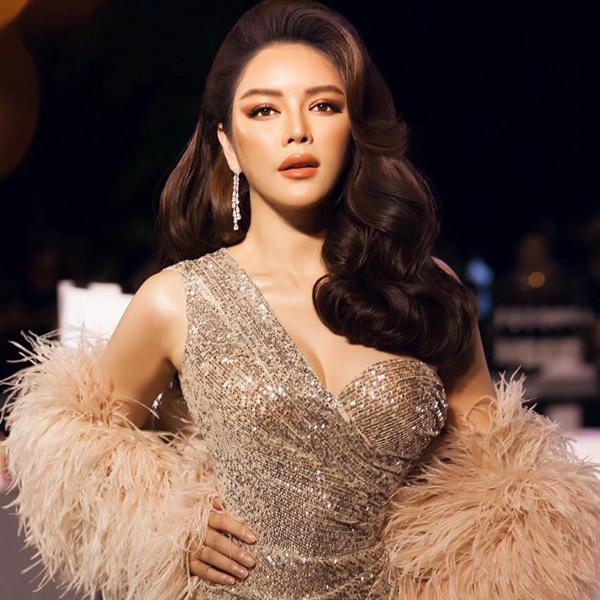 Luôn xuất hiện như một bà hoàng là ấn tượng của Lý Nhã Kỳ trên thảm đỏ showbiz Việt. Bởi cô luôn thể hiện sự đầu tư về trang phục, chỉn chu trong cách chọn phong cách trang điểm hài hòa với từng điểm đến.