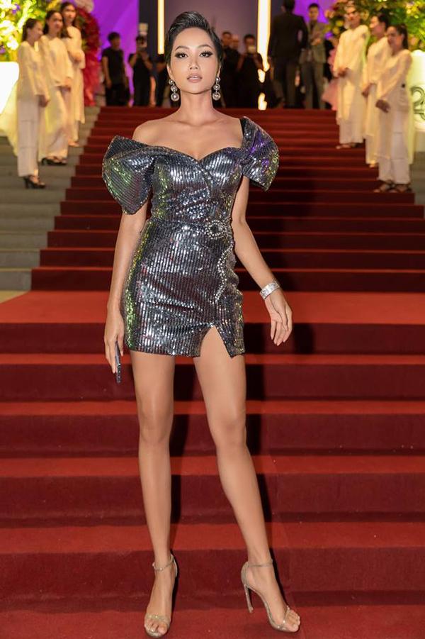 Hoa cùng cơn sốt diện váy sequins khi tham gia tiệc, Hoa hậu Hoàn vũ VN 2017 - HHen Niê giúp mình trẻ trung với dáng váy ngắn của nhà thiết kế Nguyễn Minh Tuấn.