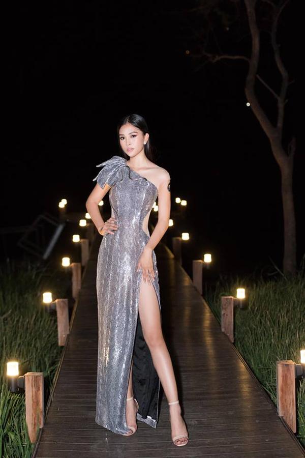 Bộ váy ôm sát hình thể với màu ánh bạc cuốn hút của Nguyễn Minh Tuấn được Tiểu Vy chọn lựa góp mặt tại tiệc sinh nhật báo Ngoisao.net.