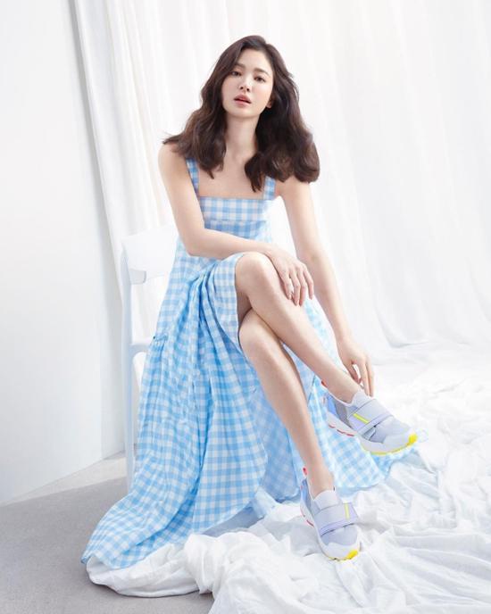 Song Hye Kyo xuất hiện trên tạp chí Harpers Bazaar số mới với vẻ đẹp nữ tính, tươi trẻ. Ngôi sao Hàn đồng thời quảng cáo cho một thương hiệu giày dép nổi tiếng mà cô là gương mặt đại diện năm nay. Bất chấp ngấp nghé tứ tuần, ngôi sao Hàn vẫn thực sự trẻ trung.