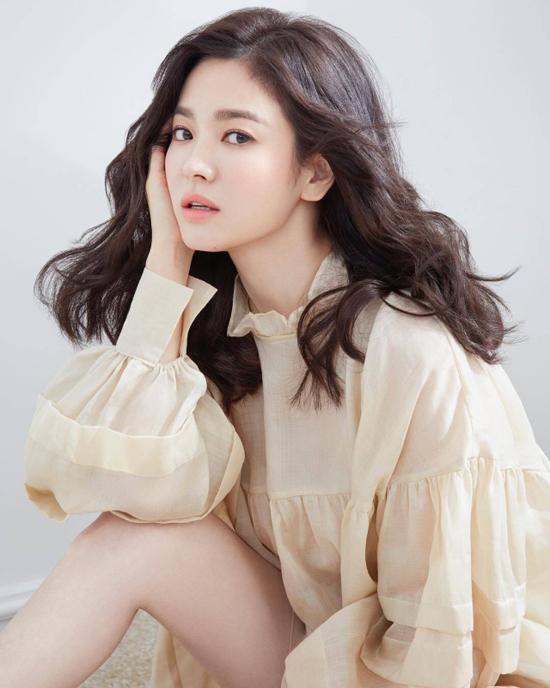 Song Hye Kyo vai trần, ngực lấp ló - 1