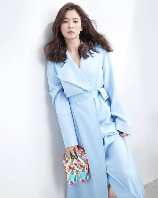 Song Hye Kyo vai trần, ngực lấp ló - 3