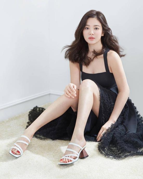 Song Hye Kyo khoe vai trần nuột nà.