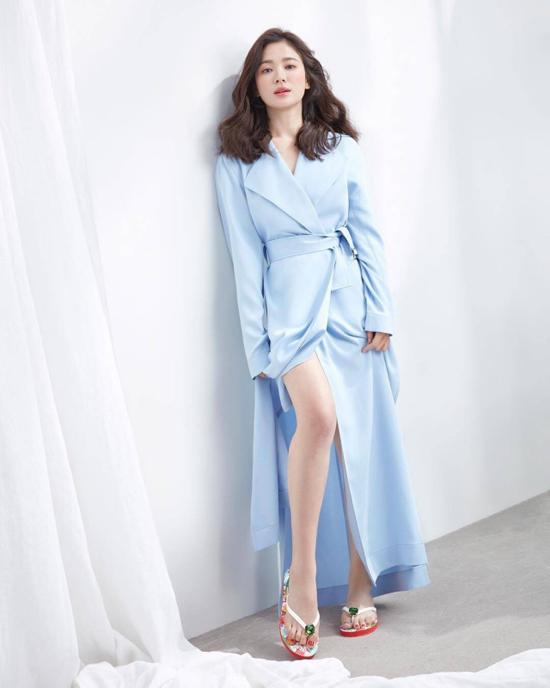 Song Hye Kyo vai trần, ngực lấp ló - 5