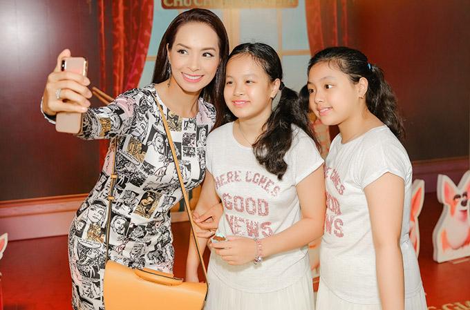 MC Thúy Hạnh rạng rỡ chụp ảnh selfie vớihai con gái.