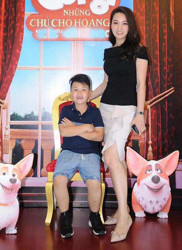 Mẹ con Á hậu Thụy Vân rất thích đi xem phim rạp.