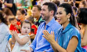 Con gái Hà Anh gây chú ý khi theo bố mẹ đến sự kiện