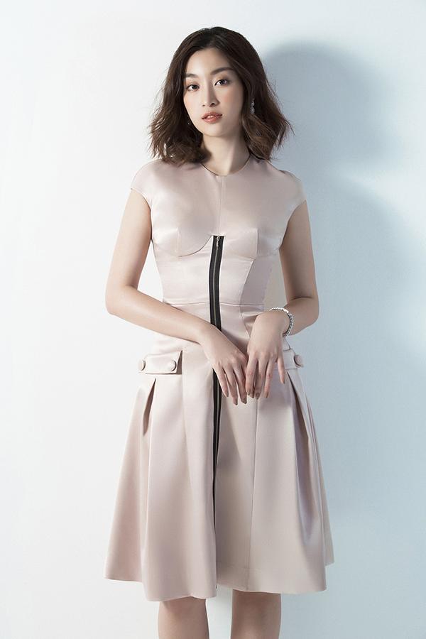 Đỗ Mỹ Linh phô diễn đường cong với váy Đỗ Long - 7