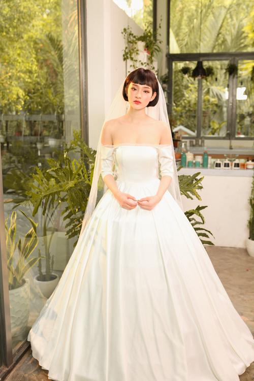 Váy được mặc kết hợp với tùng để tạo độ phồng xòe, giúp nàng dâu trở nên cuốn hút hơn trong dịp đại hỷ.