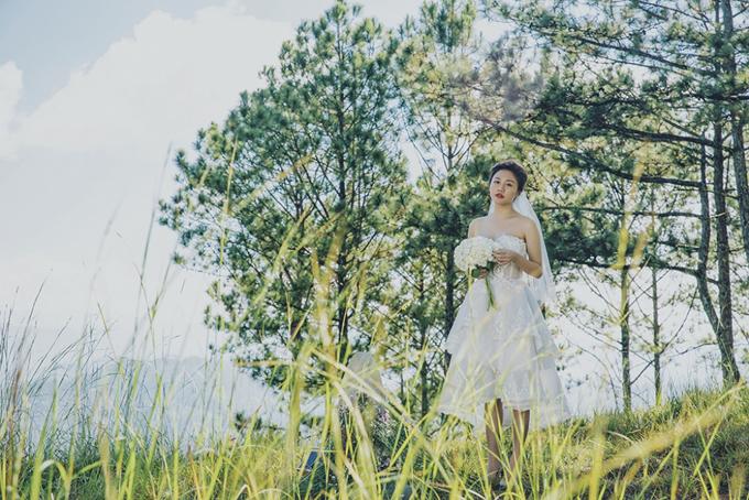 Văn Mai Hương áp dụng kiểu tóc búi thấp, giúp khoe trọn bờ vai thon khi diện váy cúp ngực.