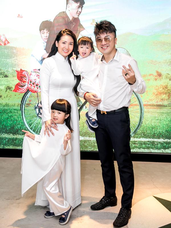 Dương Ngọc Thái hạnh phúc khoe bà xã Quỳnh Vy và hai con gái cưng trong buổi họp báo công bố sản phẩm mới.