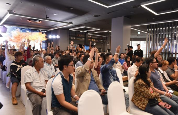 Khán giả đã đặt nhiều câu hỏi cho đạo diễn Nguyễn Quang Dũng về thời gian quay, công đoạn hậu kỳ, chất lượng 8K của bộ phim...