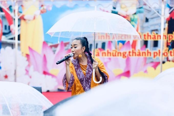 Đoan Trang đội mưa biểu diễn ở Nhật Bản - 1