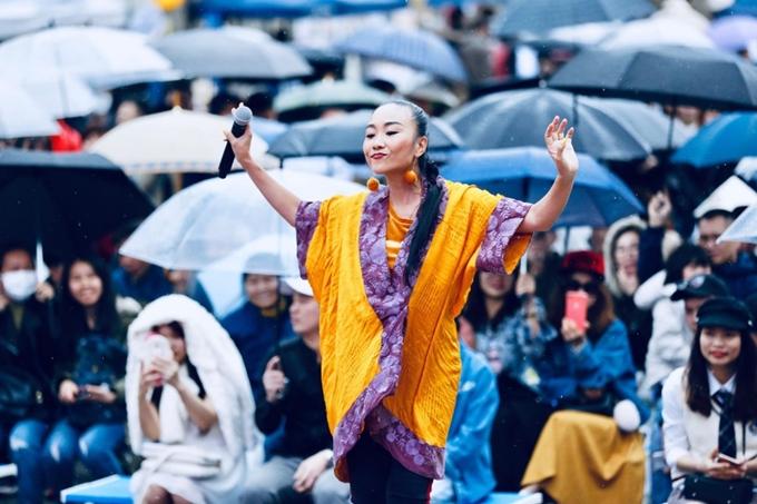 Đoan Trang đội mưa biểu diễn ở Nhật Bản - 2