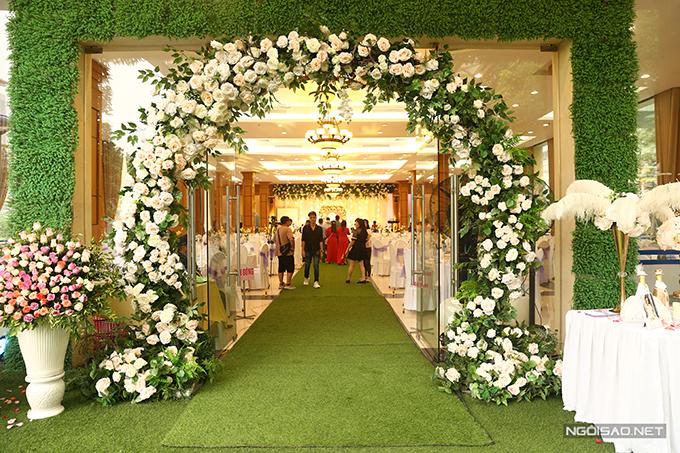 Lối dẫn vào sảnh tiệc cũng được trang trí đơn giản với hồng trắng và hồng đỏ.