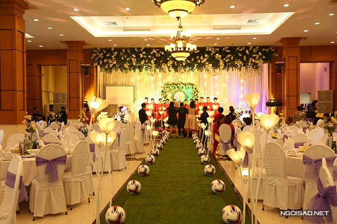 Điểm nhấn đặc sắc trong đám cưới của cầu thủ 26 tuổi là hai hàng bóng tròn được bố trí dọc lễ đường. Điều này giúp không gian đậm chất thể thao, thể hiện nghề nghiệp và sở thích của chú rể.